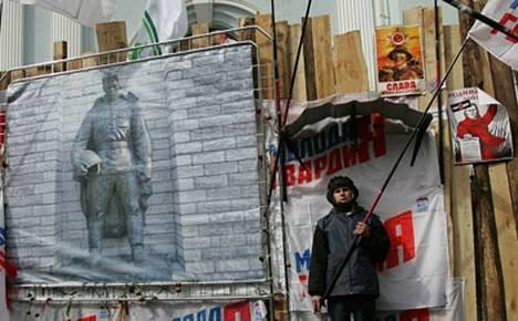 Vielä torstaina mielenosoittajat päivystivät Viron Moskovan suurlähetystön edessä. Isossa julisteessa on kuva pronssipatsaasta, jonka siirto aiheutti koko kiistan.