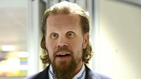 Kokenut kiekkomies Olli Jokinen, 42, ihmetteli Jukureille perjantaina tehtyä maalia. Arkistokuva.