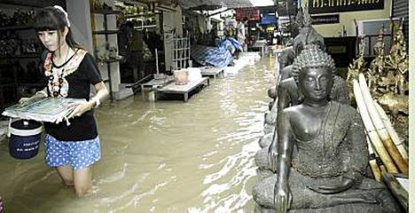Vesi tulvii Thaimaan kaduille.