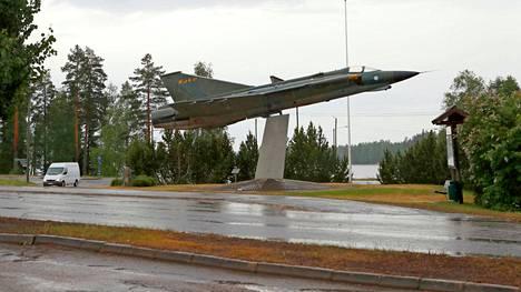Siviilit otettiin kiinni Puolustusvoimien harjoituksessa Jämsässä, Hallissa. Hallin taajaman tunnistaa kylän keskustaan jalustalle nostetusta Draken-hävittäjästä.