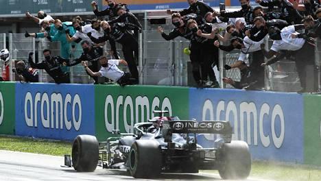 Lewis Hamilton ja Mercedes tuulettivat voittoa.