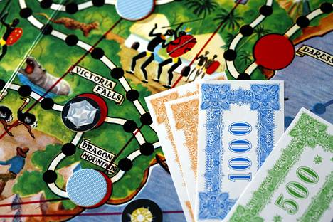 Ne jalokivilöytöjen tuomat suuret setelit, joita kolme vähemmän iloisen näköistä rosvoa havittelivat - ties missä milloinkin.