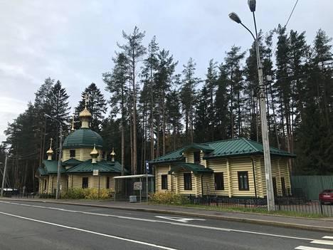 Kaikkien pyhien kirkko on rakennettu Levassovan joukkohauta-alueen sisäänkäynnin eteen.