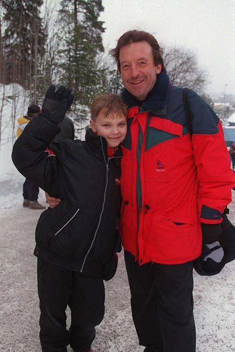 9-vuotias Salminen poseerasi isoisänsä Reijo Salmisen kanssa Salpausselän kisoissa talvella 1999. Samana vuonna hän hän teki tv-debyyttinsä Hovimäki-sarjassa.
