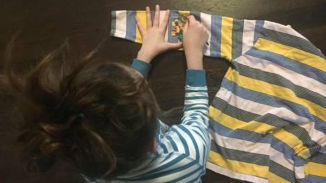 Vaatelaastarin voi liimata tarran tapaan suoraan tekstiilissä olevan reiän päälle.