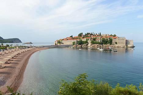 Idyllisen Sveti Stefanin hotellisaaren edustalta löytyy sekä julkinen ranta että yksityisranta. Saarelle pääsevät vain hotellin ja sen ravintolan asiakkaat.