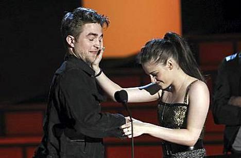 Kristen Stewart härnäsi Robert Pattinsonia ennen kuin päästi tämän lähelleen.