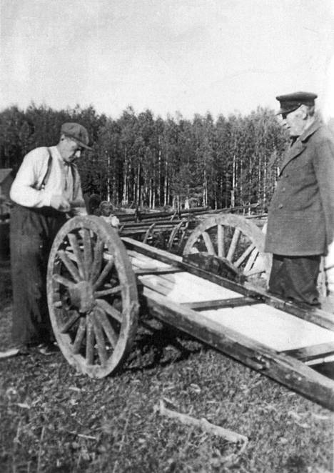 Kuvassa 1930-luvulta kuusen ensimmäinen omistaja Otto Jaakkonen (oik.) ja hänen poikansa Oskar, joka oli kuusen kanssa yhtä vanha.