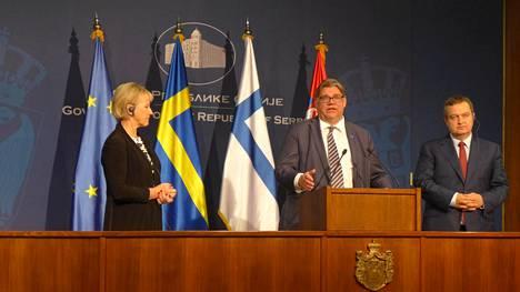 Ruotsin ulkoministeri Margot Wallström ja Timo Soini tekivät ensimmäisen yhteisen ulkoministerimatkansa Länsi-Balkanille. Toisena vierailupäivänä vuorossa oli Belgrad. Soini onnitteli ulkoministeri Ivica Dacicia Serbain pääsystä jalkapallon MM-kisoihin.
