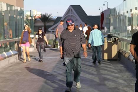 Las Vegasin kaduilla kulkee synkkäilmeisiä turisteja.