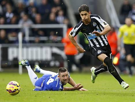 Newcastlen Ayoze Perez ohittaa Chelsean Gary Cahillin.