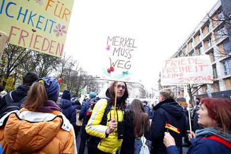 Koronarajoituksia vastustavia mielenosoittajia kuvattuna Berliinissä aiemmin tällä viikolla.