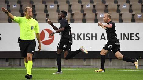 Dimitry Imbongo (kesk.) ja Kari Arkivuo (oik.) tuulettavat FC Lahden tasoitusmaalia.