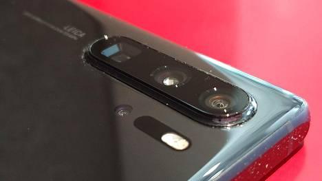 Puhelimessa on kolme kameraa sekä time of flight -anturi, joka mittaa kuvauskohteiden etäisyyttä laitteesta luo kuviin vahvan syvyysvaikutelman.