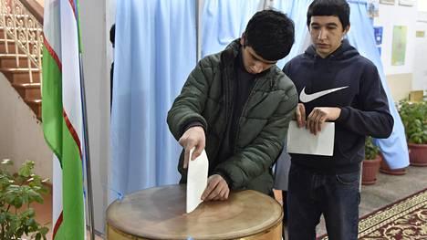 Nuoret uzbekkimiehet antoivat äänensä Tashkentissa sunnuntaina.