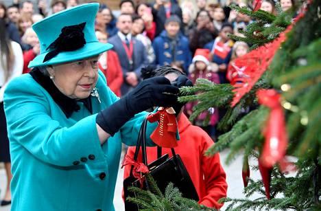 Kuningatar Elisabet edustaa perinteisesti ennen joulua erilaisissa tapahtumissa. Viime vuonna hän asetteli koristeen joulukuuseen Lontoossa.