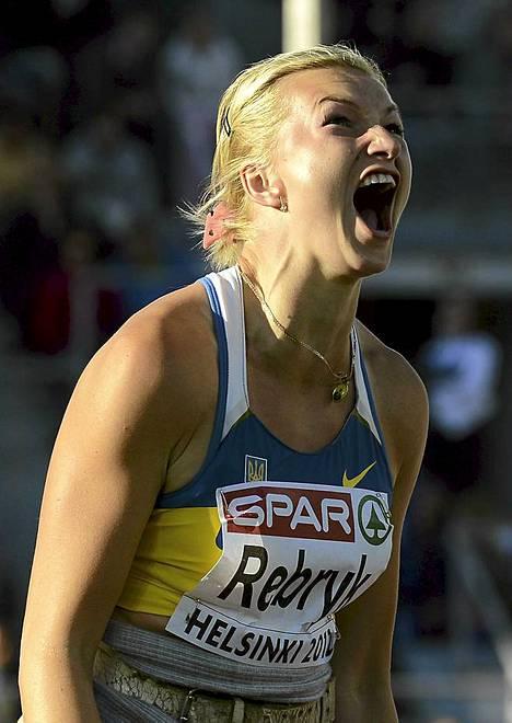 Nyt lähti. Ukrainan Vira Rebryk seuraa keihästään naisten keihäsfinaalissa yleisurheilun EM-kisoissa Helsingissä. Ja se keihäshän lensi. Rebryk voitti euroopan mestaruuden tuloksella 66,86. Toinen oli Saksan Christina Obergföll tuloksella 65,12 ja kolmas Saksan Linda Stahl tuliksella 63,69. Suomen Sanni Utriainen oli sijalla 11 heitettyään 55,14.