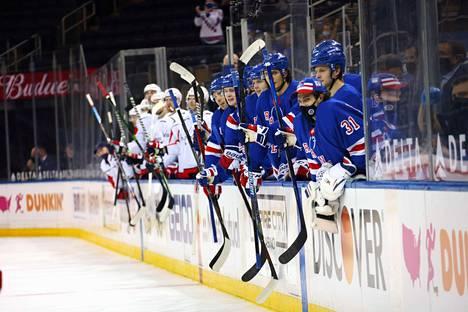 Rangersin ja Capitalsin pelaajat hurrasivat omilleen, kun käynnissä oli joukkotappelu New Yorkissa torstaiaamuna.