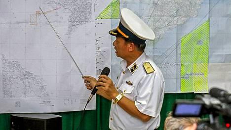 Vietnamin laivaston varakomentaja esittelee etsintäaluetta.