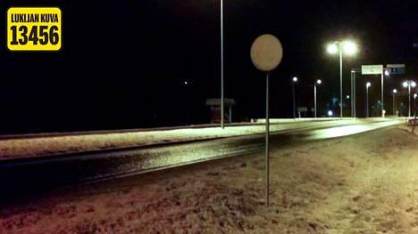 Lukijan kuva valtatie 3:n lumen peittämästä nopeusrajoituksesta.