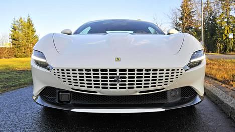 Ferrari Roman keulan säleikkö pysäyttää katseen.