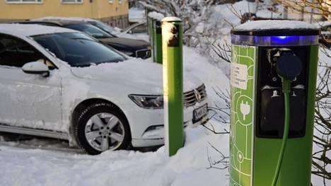 Sähköautojen suosion kasvu asettaa paineita myös rakentamiseen.