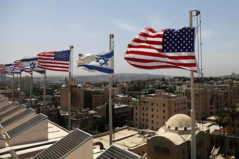 Yhdysvaltain ja Israelin liput liehuivat Jerusalemissa sijaitsevan King David -hotellin katolla Trumpin vierailun alla toukokuussa.