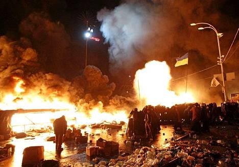 Liekit valaisevat Kiovan pimentynyttä iltaa.