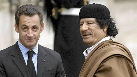 Ranskan presidentti Nicolas Sarkozy tapasi Muammar Gaddafin Pariisissa vuonna 2007.
