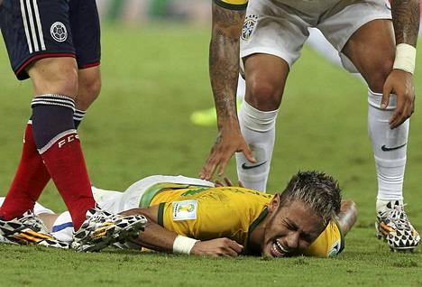 Neymar pitelee selkäänsä tapahtuneen jälkeen.