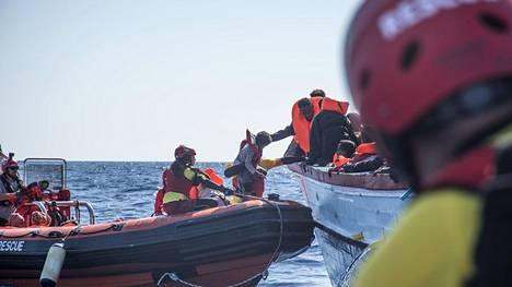 Espanjalaisen järjestön työntekijät pelastivat siirtolaisia Välimereltä Italiassa vuonna 2017.
