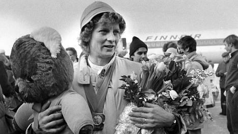 Sarajevon sankari Marja-Liisa Kirvesniemi olympivoittajana lentokentällä.