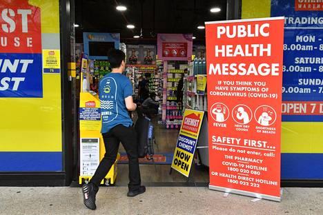 Mies kävi ostoksilla apteekissa Sydneyssä perjantaina. Australiassa on todettu tähän mennessä yli 3000 koronavirustartuntaa.