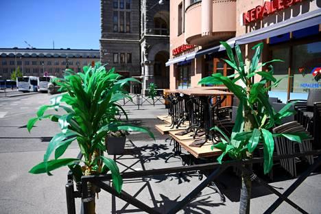 Valtaosa ravintoloista ja terasseista avautuu asiakkaille maanantaina.