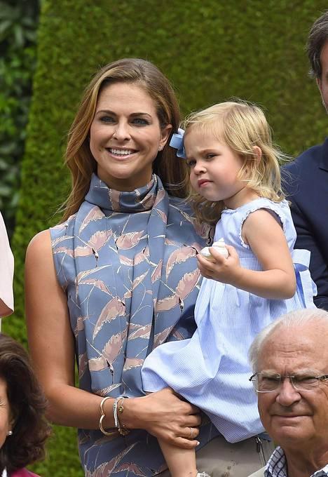 Madeleine ja Chris yrittivät parhaansa pitääkseen vilkkaan pikkuprinsessan valokuvissa.
