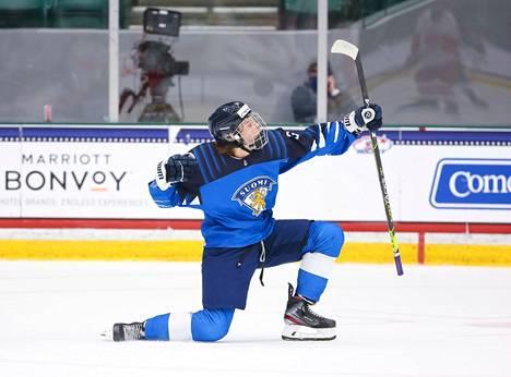 Ville Koivunen tuulettaa maalia huhtikuun alle 18-vuotiaiden MM-kisoissa.