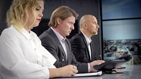 Jaajo Linnonmaa luotsaa Diiliä Toni Lähteen ja Noora Fagerströmin kanssa.