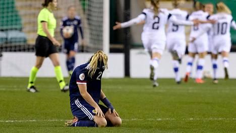 Tähtipelaaja Erin Cuthbert vajosi polvilleen, kun Helmarit oli iskenyt voittomaalin.