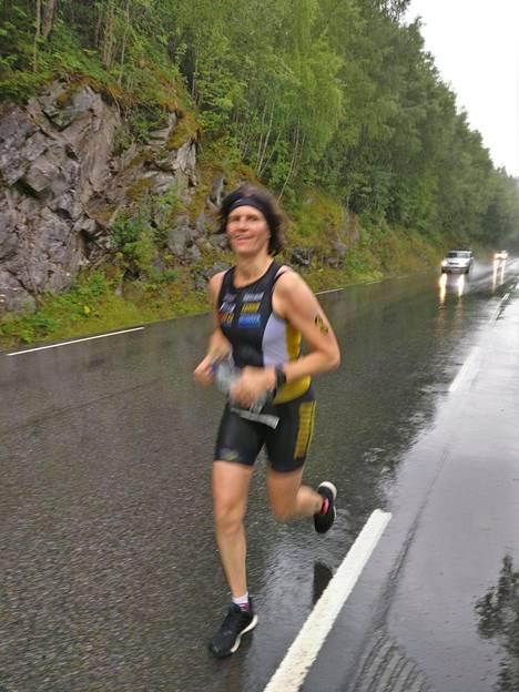 Juoksu on Satu Pippolan lempilaji. Hän tuli kisan maaliin 42,2 kilometrin juoksun jälkeen ajassa 16 tuntia, 37 minuuttia ja 38 sekuntia.