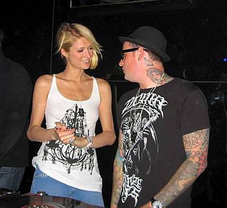 Paris Hiltonin ja Benji Maddenin seurustelu ei miellytä muita bändiläisiä eikä faneja.