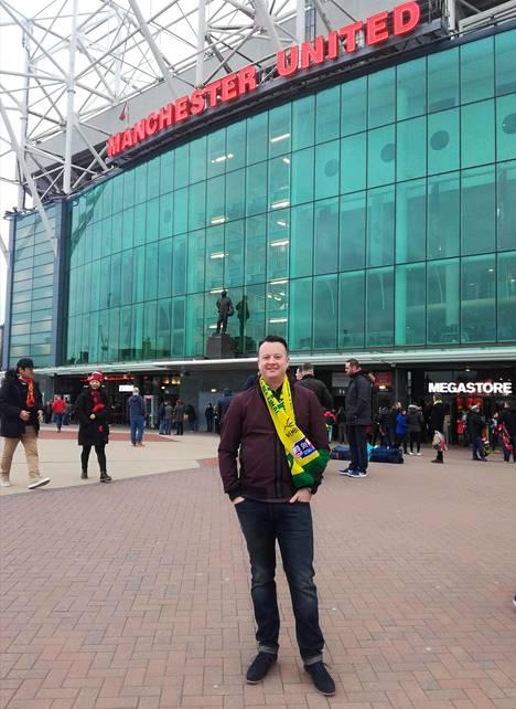 Lee Buck, norwichilainen joukkueen fani saapui naisystävänsä kanssa peliin. Kuva Old Traffordin edustalta.