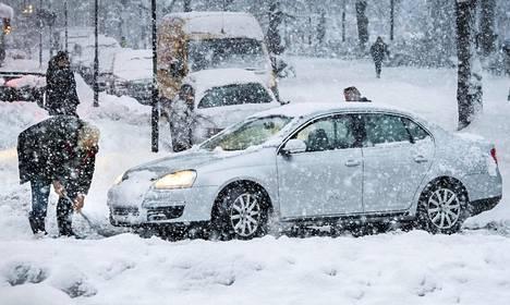 Marraskuun lumimyräkkä yllätti Tukholmassa. Kuva on otettu 9.11.2016.