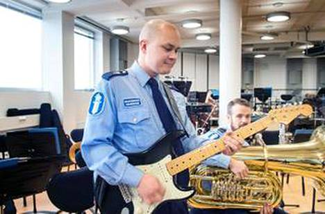 Onni Lonka on mahdollisesti Suomen ainoa kuukausipalkkainen kitaristi.