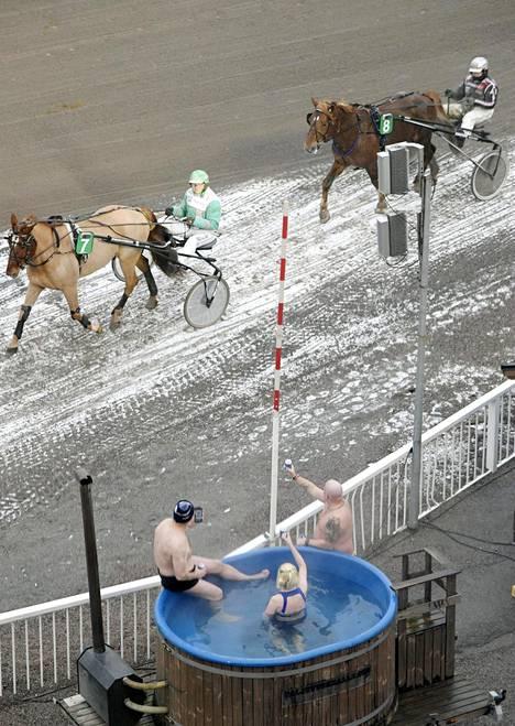 Hevosia on voinut kannustaa Vermossa erilaisista katsomoista.