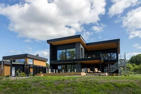 Villa Nordic Storiesin jokaisesta tilasta on näkymä järvelle.