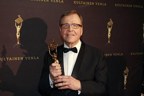 Elämäntyöpalkinnon saanut ex-uutisankkuri Arvi Lind Venla-patsaan kanssa Kultainen Venla 2016 -gaalassa.