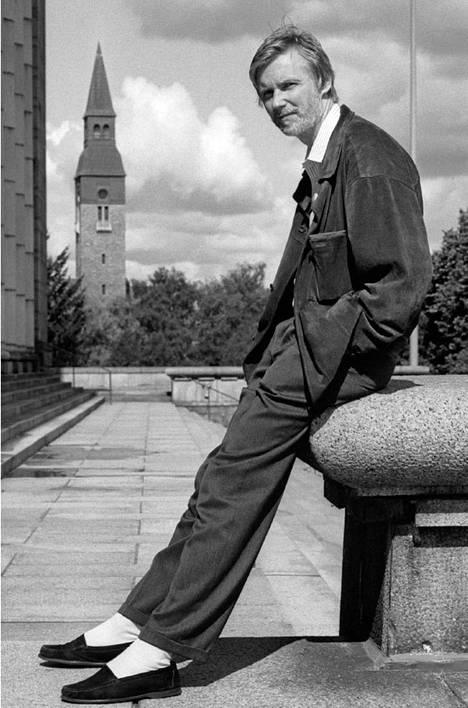 Sdp:n kansanedustaja Erkki Tuomioja Eduskuntatalon edessä elokuussa 1991.