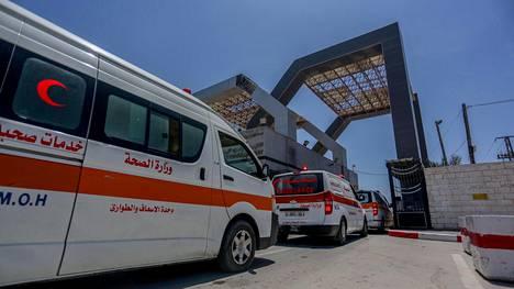 Gazassa haavoituneita kuljettiin hoitoon Egyptiin maanantaina.