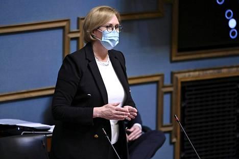 Työministeri Tuula Haatainen puolusti hallituksen työllisyyspäätöksiä kyselytunnilla.