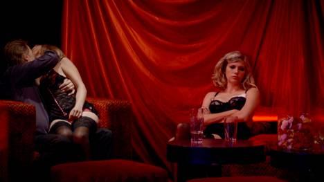 Kotimaisen Lunastus-elokuvan tyyli tuo mieleen tanskalaisen ohjaajan Nicolas Winding Refnin työt. Saara Kotkaniemi näyttelee prostituoitua.